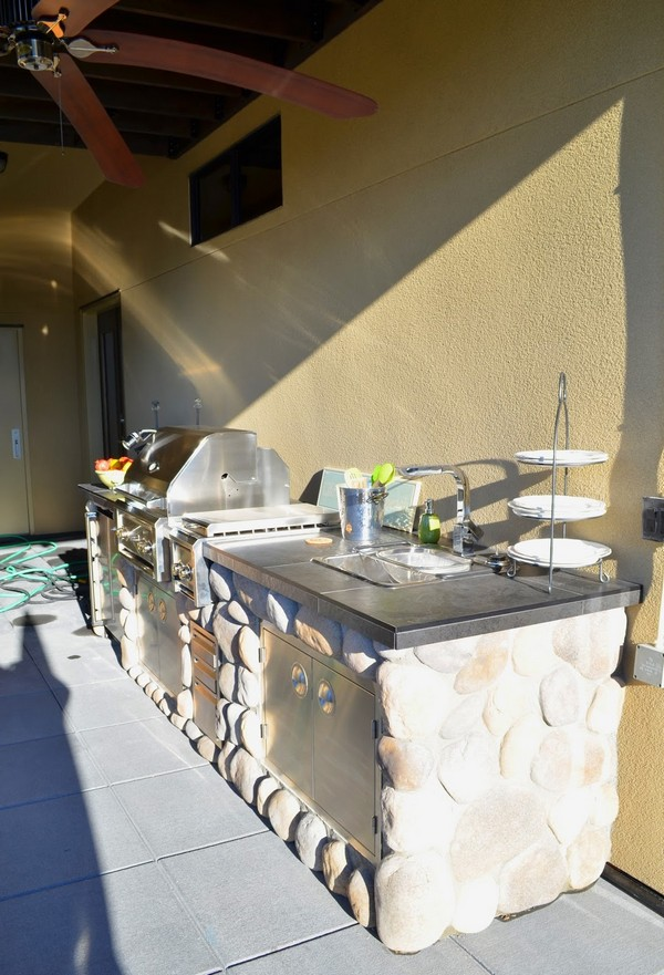 Brilliant use of river rocks in your outdoor kitchen